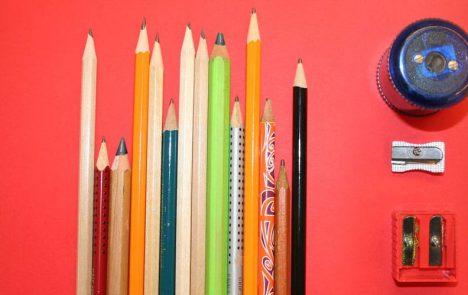 Auswahl an Bleistiften und Spitzern
